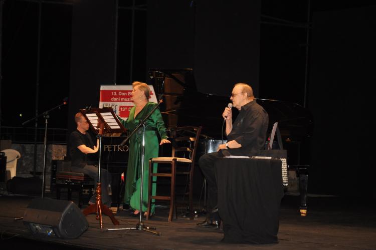 Arsena Dedića i Gabi Novak u pratnji pijaniste Matije Dedića